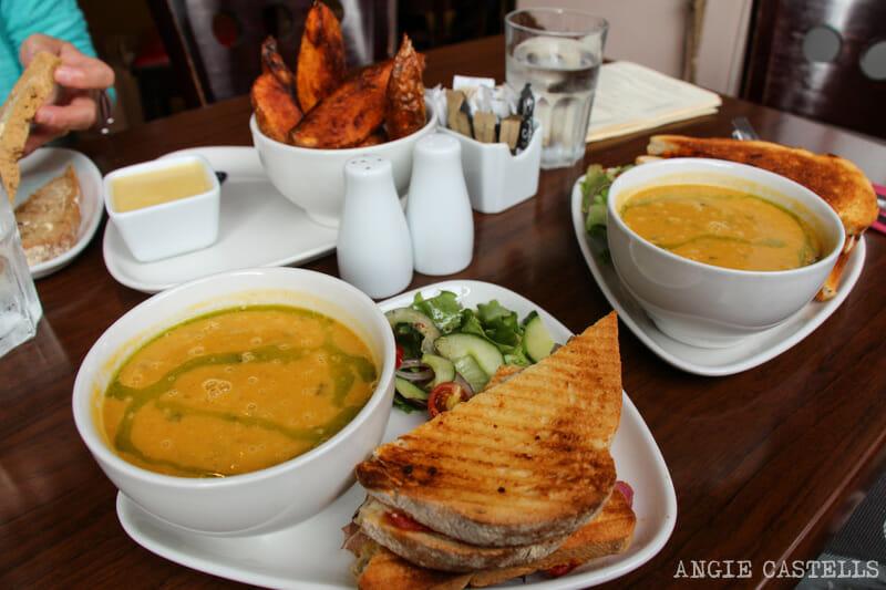Sopa y sándwich por unos 6